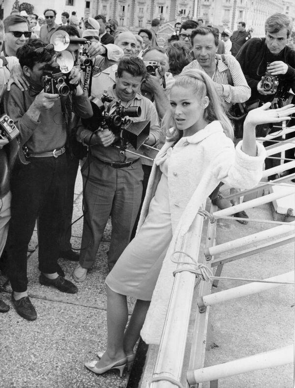 Nữ diễn viên Ursula Andress trên đại lộ Croisette ở Cannes - Sputnik Việt Nam