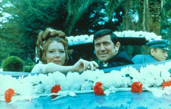 """Diana Rigg, người thủ vai Teresa di Vicenzo trong bộ phim Mệnh lệnh tối mật của Nữ hoàng (""""On Her Majesty's Secret""""), là người tình duy nhất của Bond đã kéo được anh tới phòng đăng ký kết hôn ở Anh. - Sputnik Việt Nam"""