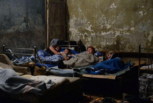 Người dân Gorlovka tránh pháo kích tại hầm trú ẩn - Sputnik Việt Nam
