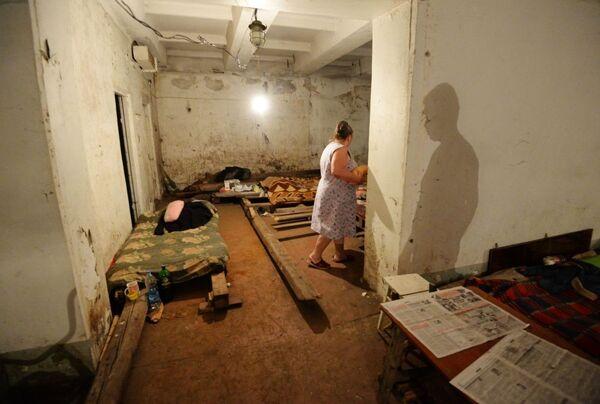 Người dân Gorlovka tránh pháo kích của quân đội Ukraina trong tầng hầm một chung cư - Sputnik Việt Nam