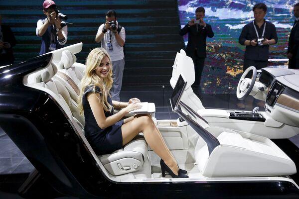 Cô gái trình diễn với xe Volvo S90 tại Triển lãm xe hơi Bắc Kinh - Sputnik Việt Nam