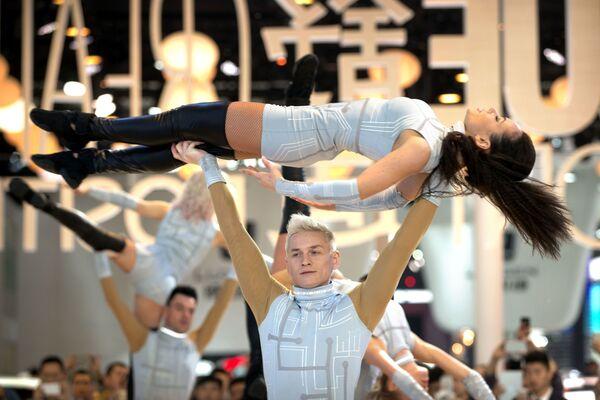 Màn biểu diễn vũ trong Triển lãm xe hơi  Bắc Kinh - Sputnik Việt Nam