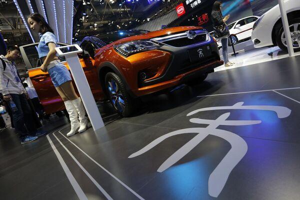 Người mẫu giới thiệu xe hơi  BYD Song SUV tại  Triển lãm xe hơi Bắc Kinh - Sputnik Việt Nam