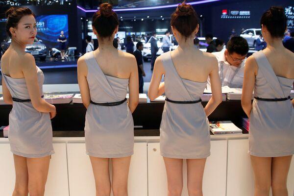 Các thiếu nữ ở nơi trưng bày của Changan tại  Triển lãm xe hơi Bắc Kinh - Sputnik Việt Nam