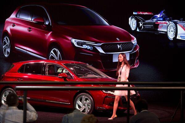 Người mẫu bên xe của hãng DS Automobile tại Triển lãm xe hơi Bắc Kinh - Sputnik Việt Nam