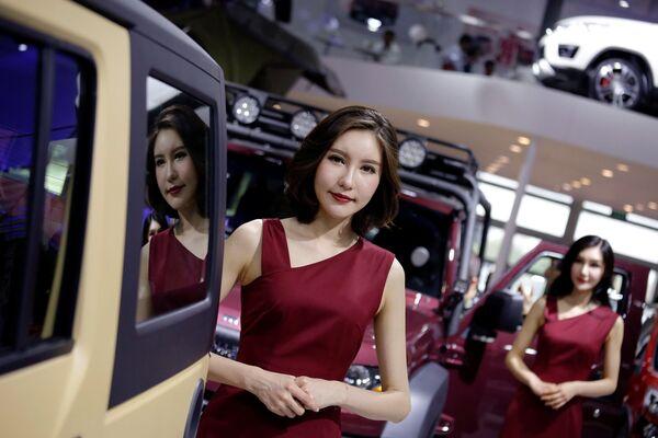 Những người đẹp tại Triển lãm xe hơi Bắc Kinh - Sputnik Việt Nam