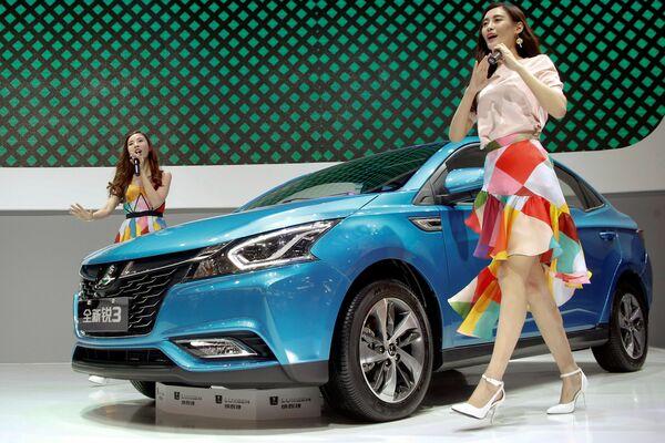 Các cô gái với màn giới thiệu xe LUXGEN S3 sedan tại Triển lãm xe hơi Bắc Kinh - Sputnik Việt Nam