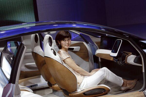 Cô gái với xe Nissan IDS tại Triển lãm xe hơi Bắc Kinh - Sputnik Việt Nam