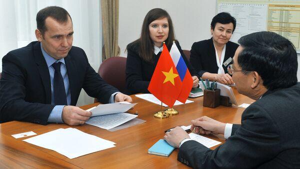 cuộc gặp giữa thống đốc tỉnh Tyumen Vadim Shumkov và Tổng lãnh sự Việt Nam tại Yekaterinburg Vũ Huy Mừng - Sputnik Việt Nam