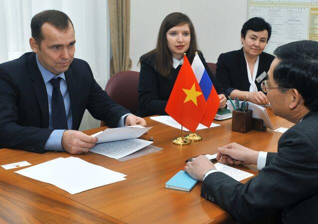 cuộc gặp giữa thống đốc tỉnh Tyumen Vadim Shumkov và Tổng lãnh sự Việt Nam tại Yekaterinburg Vũ Huy Mừng