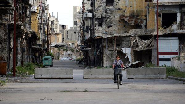 Cậu bé cưỡi xe đạp trên đường phố ở Homs - Sputnik Việt Nam