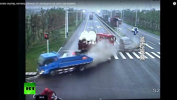 Một người Trung Quốc chạy khỏi chiếc xe tải đang đuổi theo ông ta - Sputnik Việt Nam