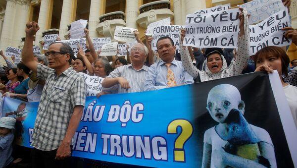 Hàng trăm người dân Hà Nội biểu tình phản đối chất thải độc hại khiến cá chết - Sputnik Việt Nam