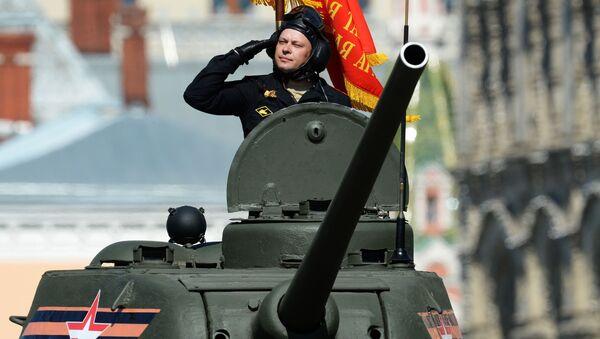 Xe tăng  T-34-85 trong cuộc diễu binh trên Quảng trường Đỏ - Sputnik Việt Nam