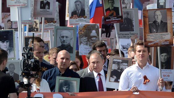 Президент РФ В. Путин принял участие в шествии Бессмертный полк в центре Москвы - Sputnik Việt Nam