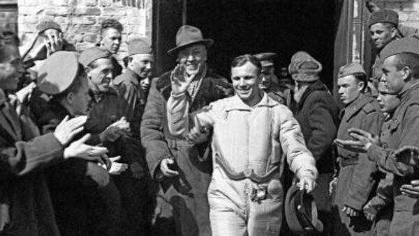 Phi hành gia Liên Xô Yuri Gagarin sau khi hạ cánh - Sputnik Việt Nam