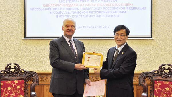Đại sứ Nga tại Việt Nam K.V.Vnukov được trao tặng Kỷ niệm chương Vì sự nghiệp Tư pháp - Sputnik Việt Nam