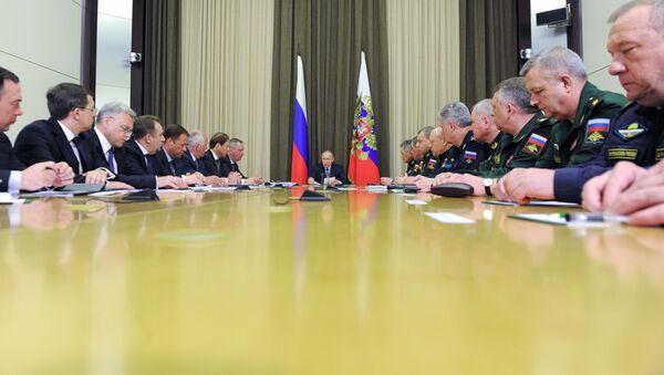 Tổng thống Nga Vladimir Putin họp với các quan chức quân đội - Sputnik Việt Nam