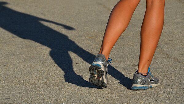 Siêu mẫu khỏa thân hoàn toàn để quảng cáo giày thể thao - Sputnik Việt Nam