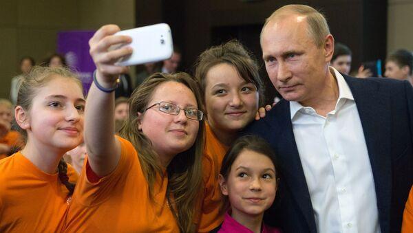 Tổng thống Nga Vladimir Putin với học sinh Trung tâm giáo dục Sirius ở Sochi - Sputnik Việt Nam