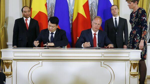 Ông  Kirill Dmitriev (RFPI) và ông Nguyễn Đức Chi (SCIC)  ký kết  Biên bản ghi nhớ về việc thành lập Quỹ đầu tư Nga-Việt - Sputnik Việt Nam