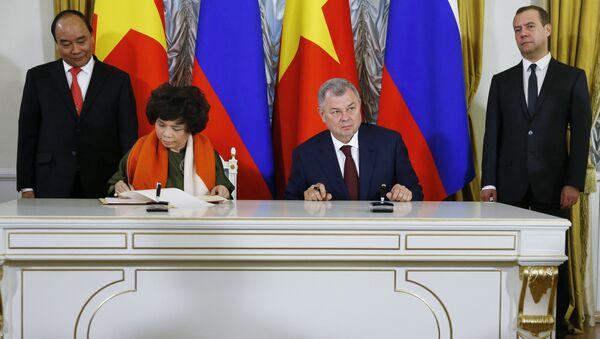 Chủ tịch Tập đoàn sữa TH True Milk Thái Hương và Thống đốc tỉnh Kaluga Anatoly Artamonov - Sputnik Việt Nam