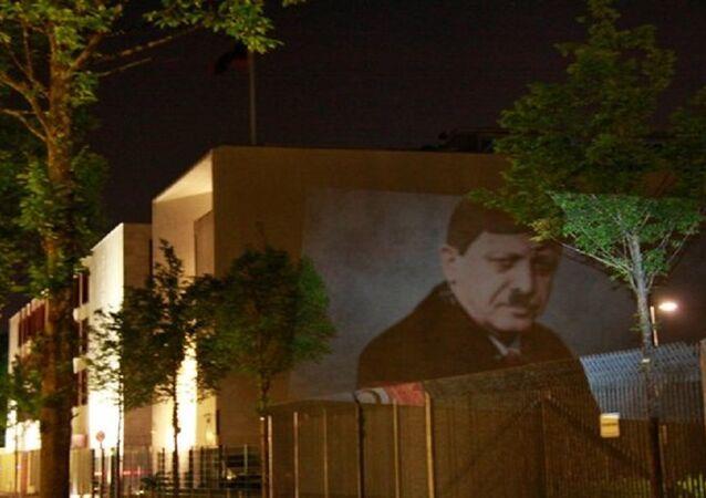 Chân dung lạ của ông Erdogan xuất hiện trên tường Đại sứ quán Thổ Nhĩ Kỳ ở Berlin