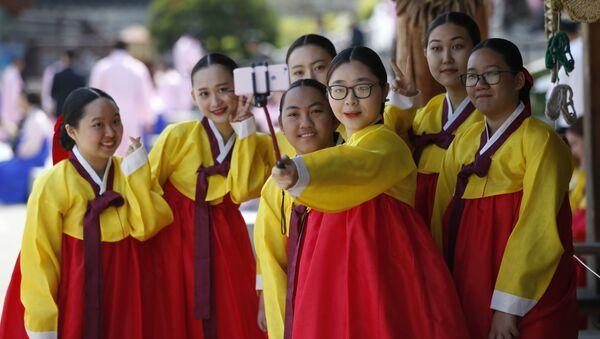 Các cô gái trong trang phục truyền thống Hàn Quốc chụp ảnh selfie, Seoul - Sputnik Việt Nam