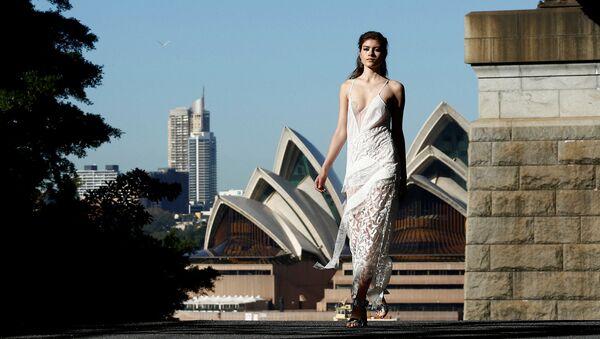 Người mẫu trên nền Nhà hát Opera Sydney vào tuần lễ thời trang Úc - Sputnik Việt Nam