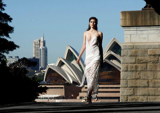 Người mẫu trên nền Nhà hát Opera Sydney vào tuần lễ thời trang Úc