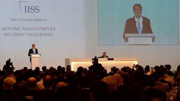"""Bộ trưởng Quốc phòng Mỹ Ashton Carter phát biểu tại diễn đàn Đối thoại Shangri-La""""ở Singapore - Sputnik Việt Nam"""