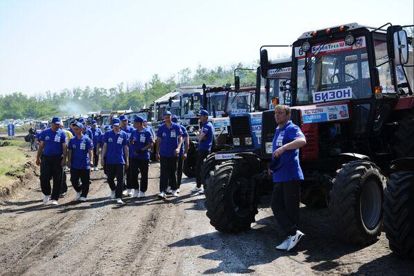 Các thành viên tham gia vòng đua máy kéo Bison-Track-Show 2016 trước khi bắt đầu cuộc thi tài ở trong khu vực Rostov - Sputnik Việt Nam