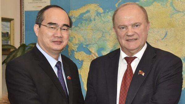 Vào ngày 7 tháng Sáu đã diễn ra cuộc gặp gỡ thân mật giữa ông Zyuganov, Chủ tịch Ủy ban Trung ương Đảng Cộng sản LB Nga với  phái đoàn Mặt trận Tổ quốc Việt Nam, đứng đầu là ông Nguyễn Thiện Nhân, Chủ tịch Mặt trận Tổ quốc Việt Nam, Ủy viên Bộ Chính trị Trung ương Đảng Cộng sản Việt Nam. - Sputnik Việt Nam