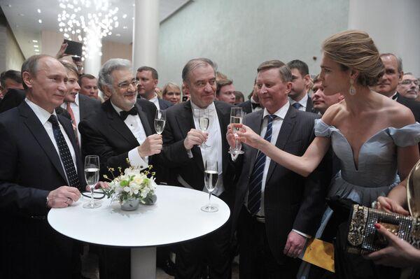 Tổng thống Nga Vladimir Putin, ca sĩ opera Tây Ban Nha Placido Domingo, Valery Gergiev, Sergey Ivanov và siêu mẫu Natalia Vodianova tại Nhà hát Mariinsky - Sputnik Việt Nam