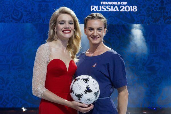 Người mẫu Nga Natalia Vodianova và nữ vận động viên Nga vô địch Olympic ở môn điền kinh Yelena Isinbayeva - Sputnik Việt Nam