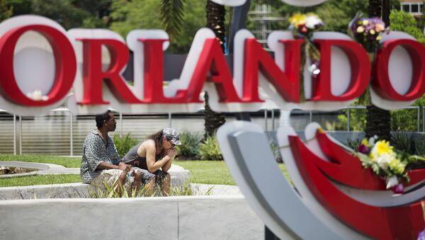 Những người đau buồn trước Câu lạc bộ ở Orlando, nơi xảy ra vụ nổ súng thảm sát hàng loạt - Sputnik Việt Nam