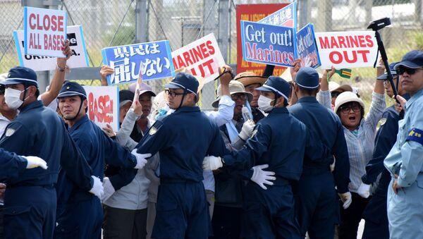 Сảnh sát và người biểu tình ở Okinawa - Sputnik Việt Nam
