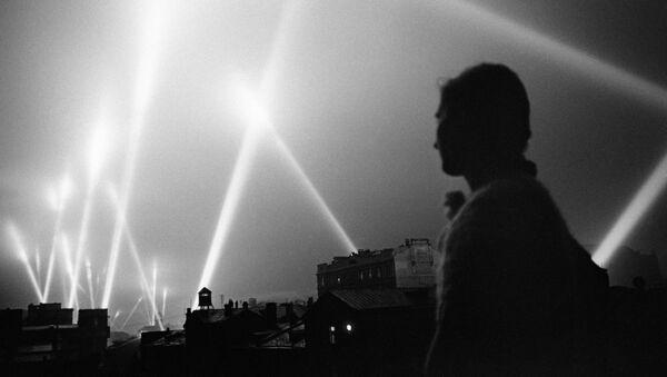 Đèn chiếu phòng không trên bầu trời đêm Matxcơva - Sputnik Việt Nam