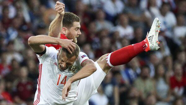 Cầu thủ đội Nga Vasily Berezutski và cầu thủ xứ Wales Sam Vokes trong trận đấu vòng bảng của giải vô địch bóng đá châu Âu - 2016. - Sputnik Việt Nam