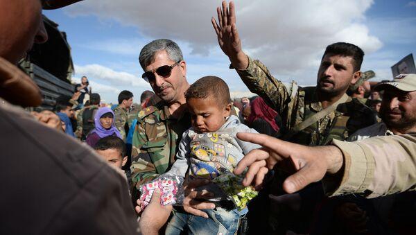 Phân phát viện trợ nhân đạo của Nga giúp đỡ cư dân Syria - Sputnik Việt Nam