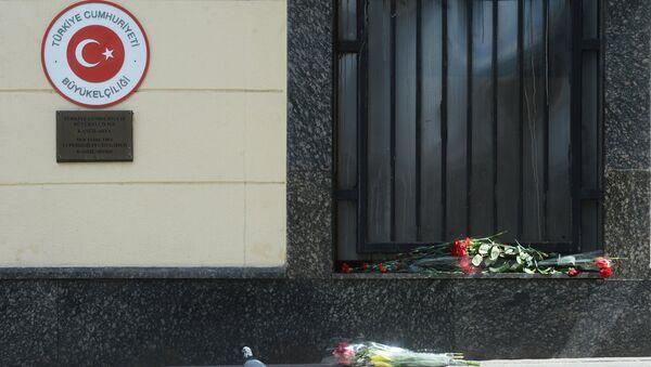 Người dân Matxcơva mang hoa đến Đại sứ quán Thổ Nhĩ Kỳ tưởng niệm nạn nhân khủng bố - Sputnik Việt Nam