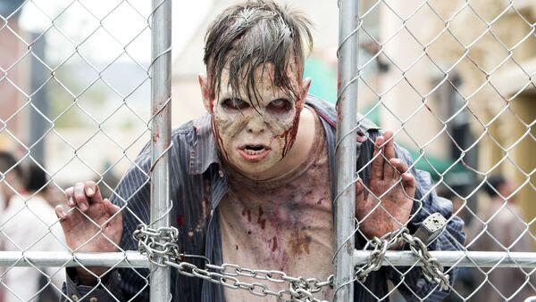 Người đàn ông trong phục trang zombie  bên hàng rào Universal Studios Hollywood ở California - Sputnik Việt Nam