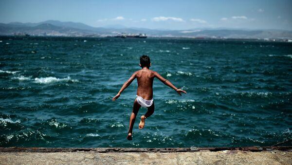 Thiếu niên di dân nhảy xuống biển gần trại tị nạn ở Athens - Sputnik Việt Nam