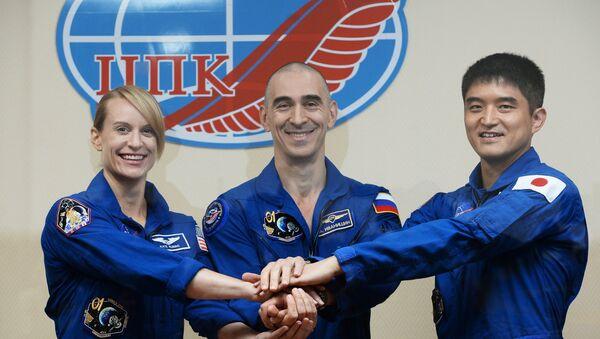Phi hành gia Anatoly Ivanishin của Nga, Kathleen Rubins thuộc NASA (Mỹ) và Takuya Onishi từ JAXA (Nhật Bản) - Sputnik Việt Nam