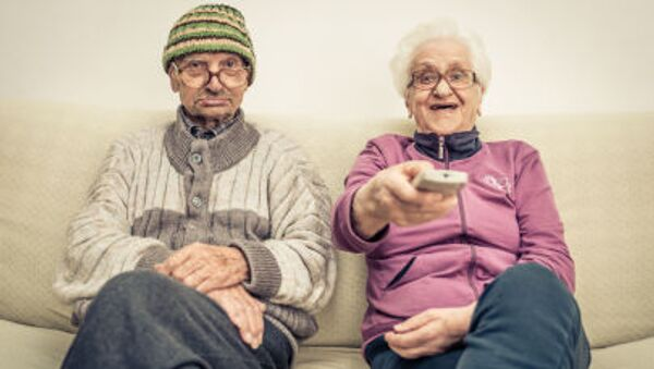 Một cặp vợ chồng về hưu đang xem TV - Sputnik Việt Nam