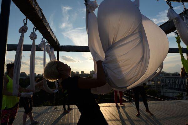 Những người tham gia tập luyện trong dự án Fitness trên mái nhà  ở Moskva - Sputnik Việt Nam