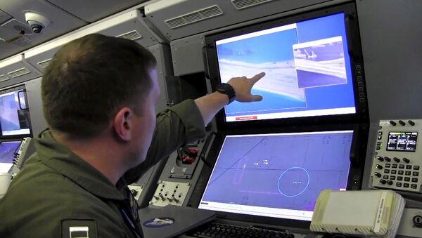 Quân nhân Hạm đội Mỹ theo dõi việc xây dựng của Trung Quốc trên một rạn san hô ở quần đảo Trường Sa - Sputnik Việt Nam