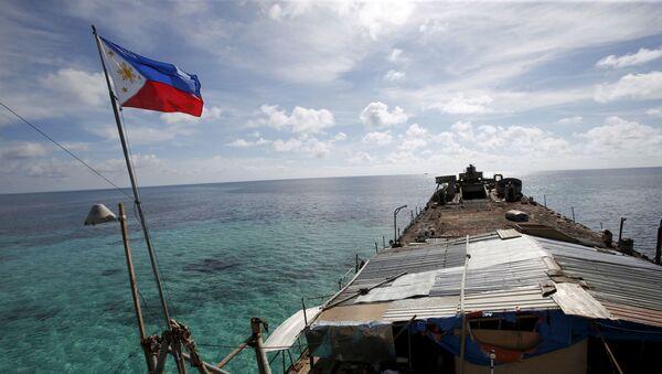 Lá cờ Philippines trên con tàu ở Biển Đông - Sputnik Việt Nam