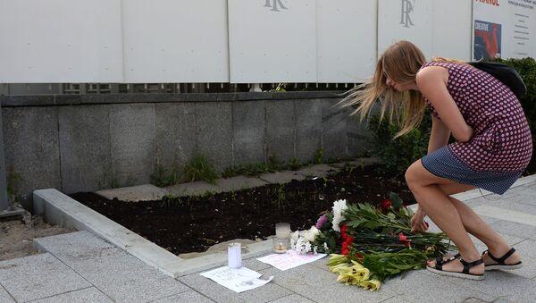 Người Matxcơva mang hoa đến Đại sứ quán Pháp - Sputnik Việt Nam
