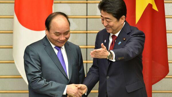 Thủ tướng Shinzo Abe và Thủ tướng Nguyễn Xuân Phúc - Sputnik Việt Nam